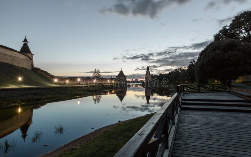 Pskov der Kreml in Sonnenuntergang und Pskova-Fluss lizenzfreie stockbilder