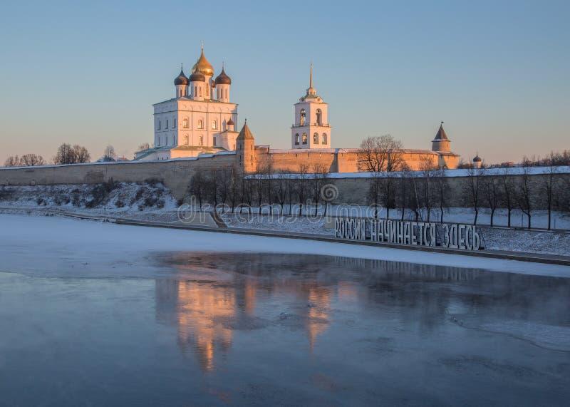 Pskov el Kremlin en el invierno en los primeros rayos del sol foto de archivo