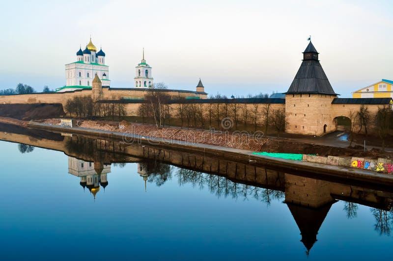 Pskov het Kremlin Krom en Drievuldigheidskathedraal, Rusland royalty-vrije stock foto