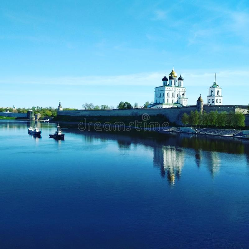 Pskov, jour ensoleillé, vieux Kremlin et rivière silencieuse image stock