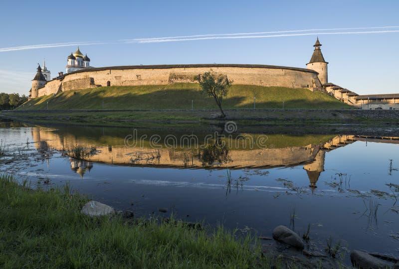 Pskov Kreml från sidan av den Pskova floden på soluppgång arkivfoto