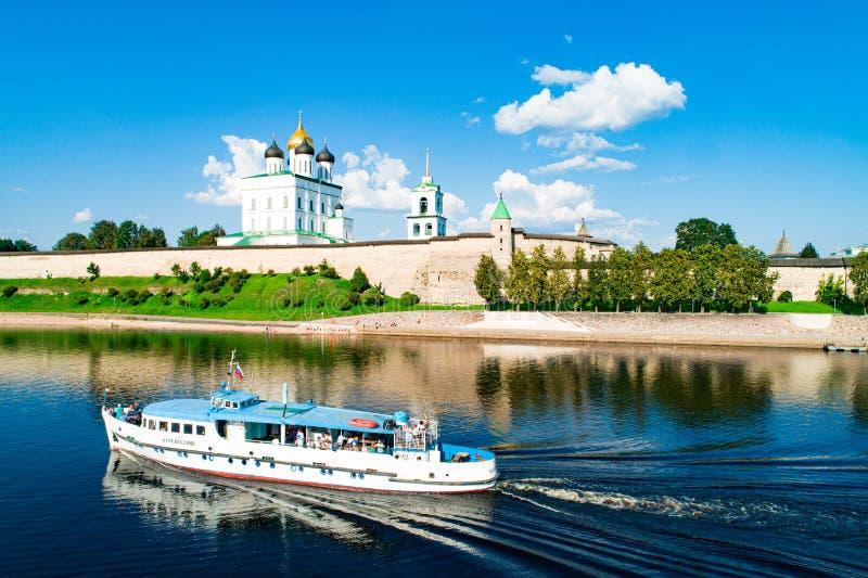 Pskov Kremlin slaan, met zijn macht slaan stock foto's
