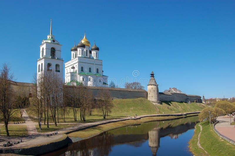 Pskov, Rússia Kremlin de Pskov, vista da parte externa foto de stock royalty free
