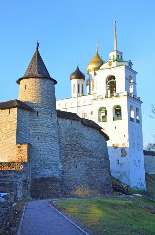 Pskov, Rusland, de muren van oude kathedraal Pskov het Kremlin en svyato-Troitsky royalty-vrije stock fotografie