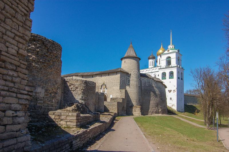 Pskov, Rusland Pskov het Kremlin, mening van de buitenkant royalty-vrije stock afbeelding