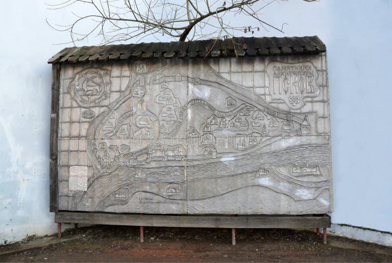Pskov Ryssland, December, 31, 2017 Jaga med intrigen av monument av Pskov i den Pskov Kreml arkivfoton