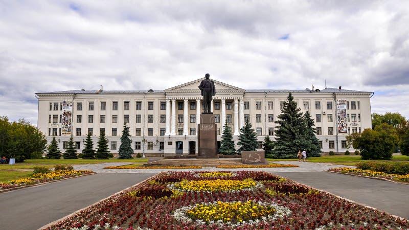 Pskov statligt pedagogiskt universitet på den Lenin fyrkanten i Pskov, Rus arkivfoto