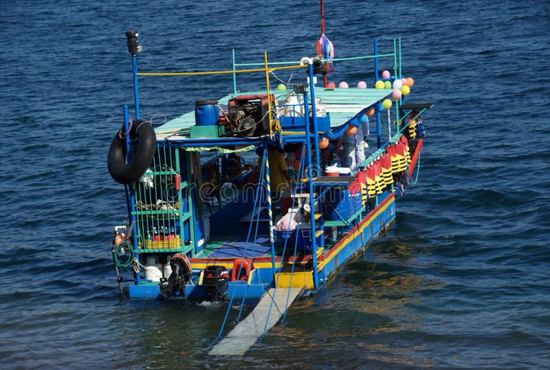 Psychedelische boot in een vulkanisch meer in Managua, Nicaragua stock afbeeldingen