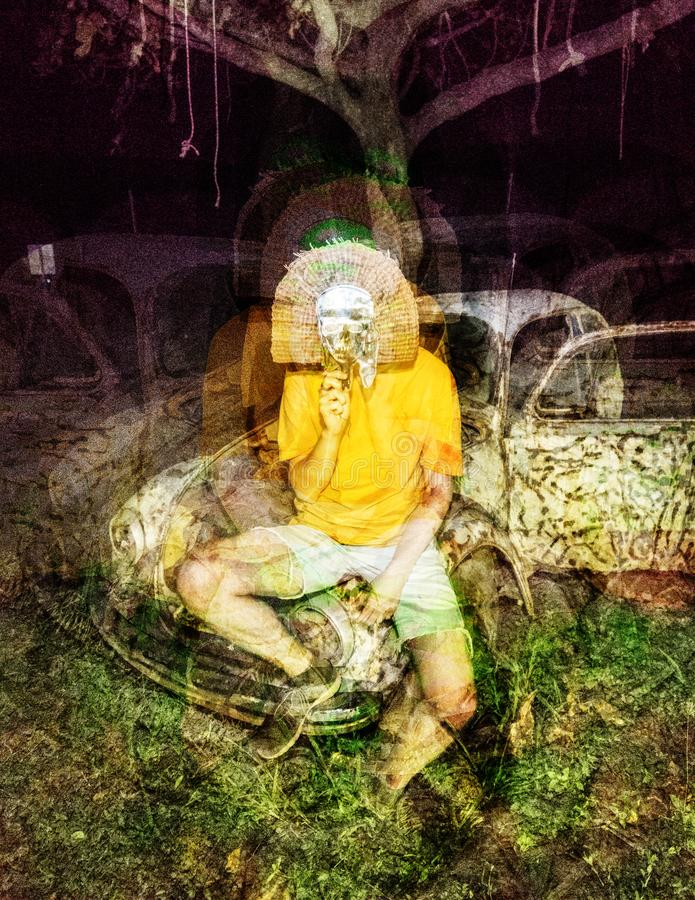 Psychedelische glitch het maskermens van de verschrikkingsschedel op verlaten autoachtergrond royalty-vrije stock fotografie