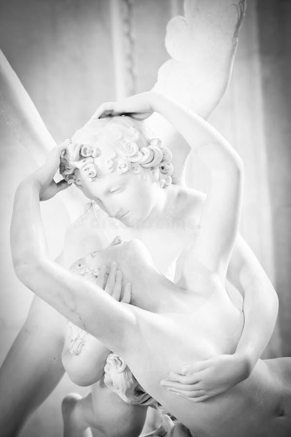 Psyches die door de kus van de Cupido worden doen herleven stock fotografie