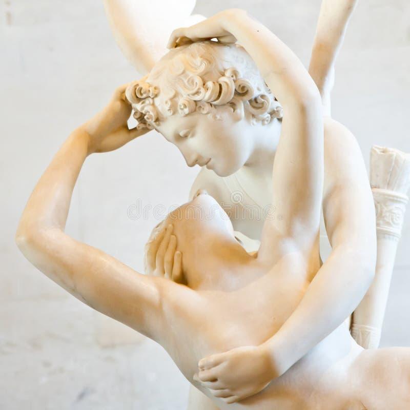 Psyches die door de kus van de Cupido worden doen herleven royalty-vrije stock fotografie