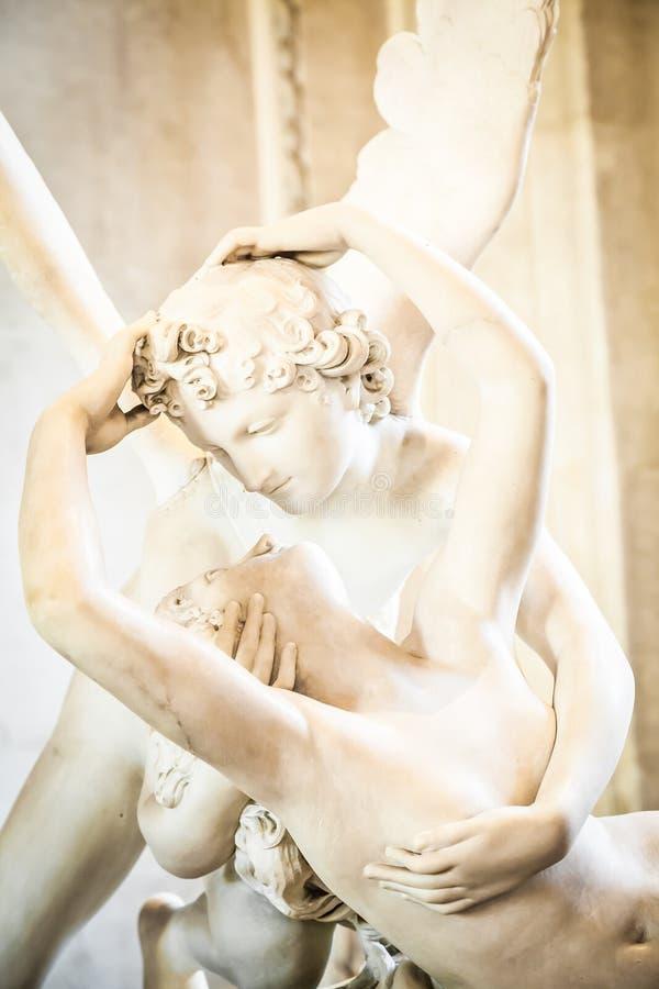 Psyches die door de kus van de Cupido worden doen herleven royalty-vrije stock foto's