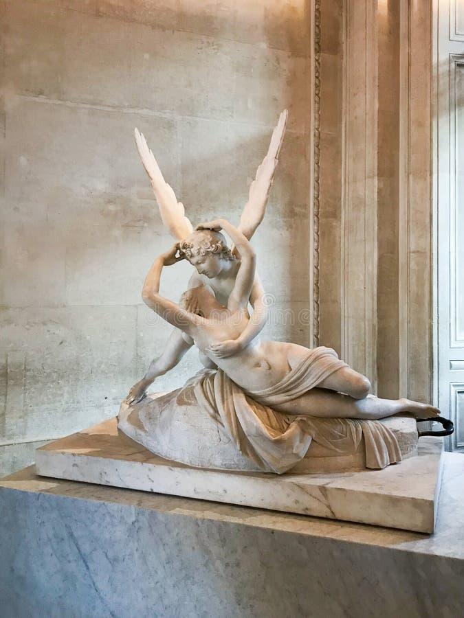 Psyches door cupidokus worden doen herleven in een beeldhouwwerk dat stock foto