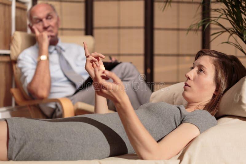 Psychiater, der Verhalten des Patienten analysiert lizenzfreies stockbild