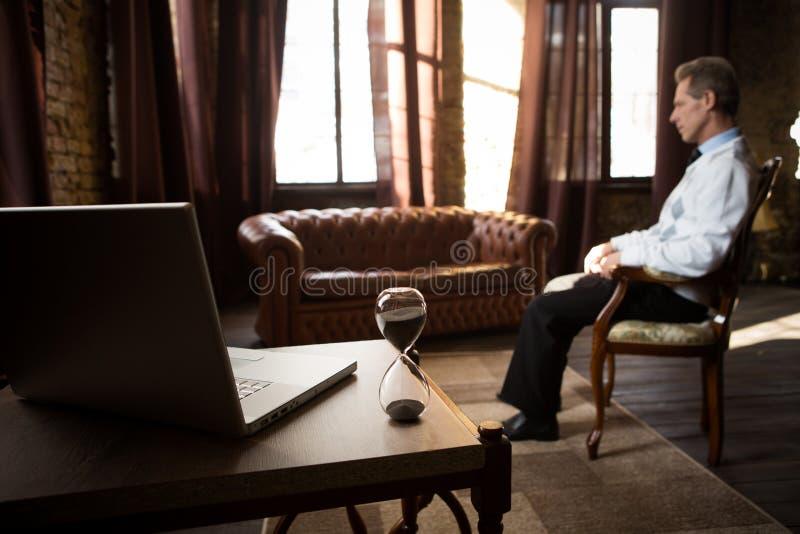 Psychiatersmann im Büro stockfotografie
