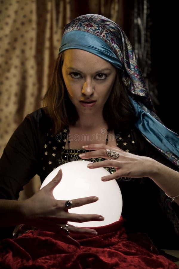 Psychischer Zigeuner des Wahrsagers an der Glaskugel stockfotos