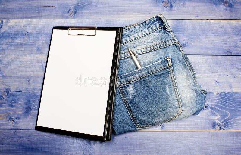 Psychoanalyseconcept Medische Verzekering Document tablet en pen op jeans achtergrondexemplaarruimte Geschiedenis van de ziekte stock afbeeldingen