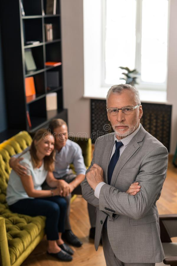 Psychoanalyst standing next to a smiling married couple royalty free stock photography