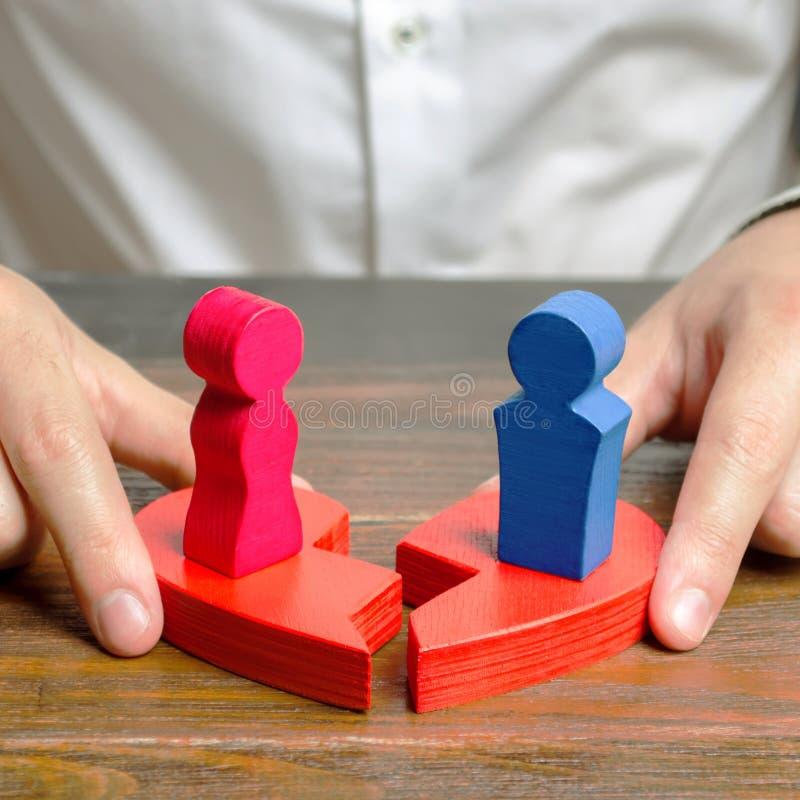 Psycholog łączy dwa połówki złamane serce z postaciami mężczyzna i kobiety pozycja na one pojednanie zdjęcie stock