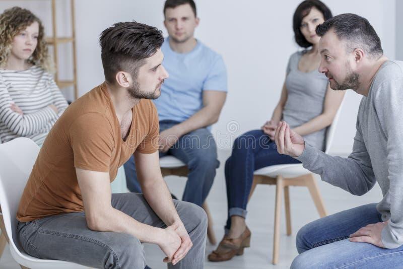 Psycholog opowiada młody człowiek zdjęcia stock