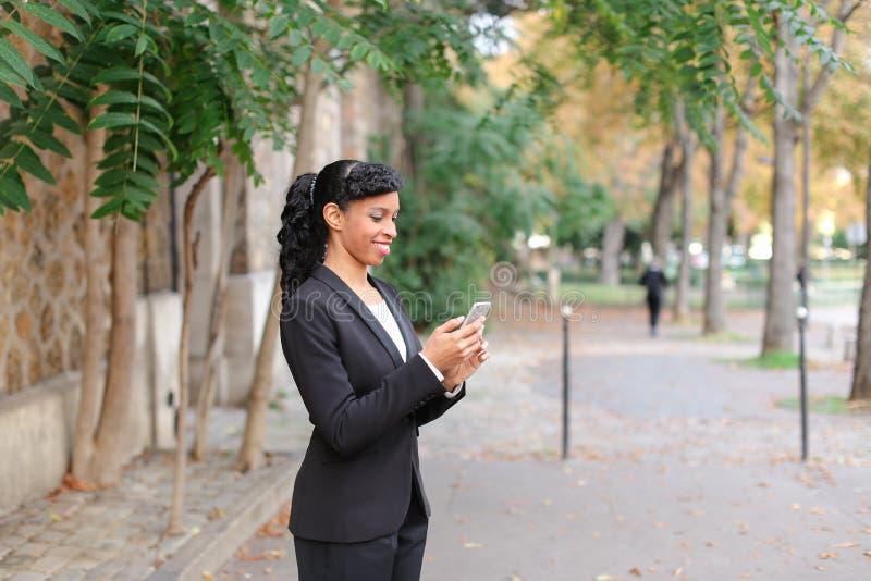 Psycholog opowiada na smartphone w parku małżeństwo agencja fotografia stock