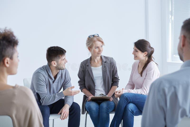 Psycholog pomaga jego pacjentów obraz stock