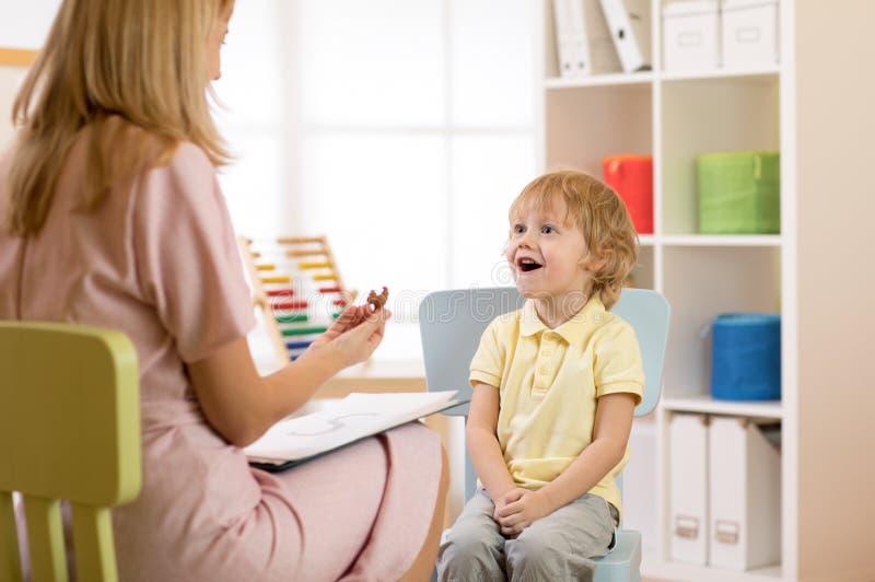 Psycholog pracuje z dzieckiem w biurze obrazy stock