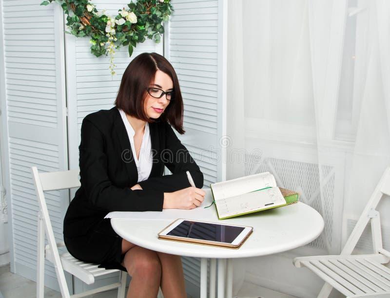 Psychologe, der auf dem Stuhl sitzt und Kenntnisse im Büro nimmt lizenzfreie stockfotografie