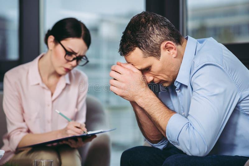 Psychologe, der mit Patienten spricht lizenzfreie stockfotos
