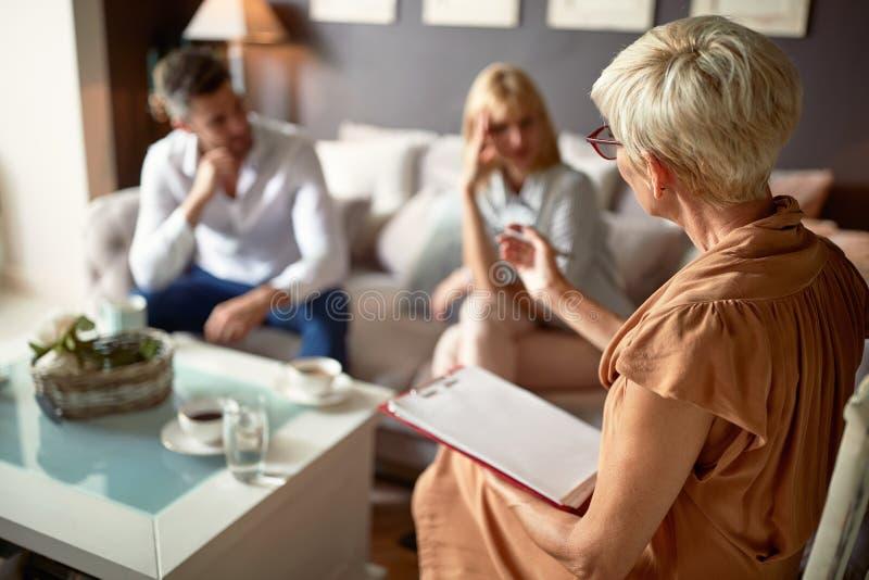 Psychologe, der Rat gibt, um zu verbinden lizenzfreies stockbild