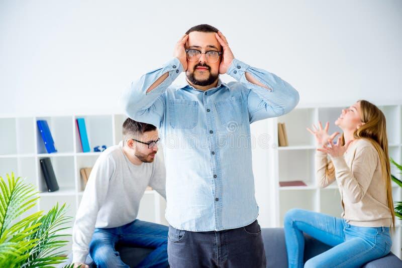 Psychologe gefangen in einem Familienkampf stockbilder