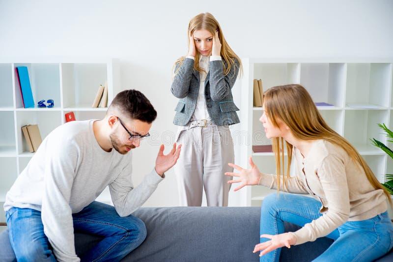 Psychologe gefangen in einem Familienkampf lizenzfreies stockfoto