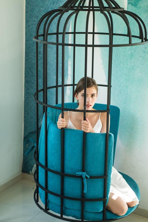 psychologie mooie vrouw in ijzerkooi manierslaaf in gevangenschap van schoonheid modern meubilairontwerp en huiscomfort royalty-vrije stock afbeelding