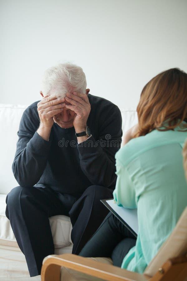 Psychologische Hilfe für Pensionär lizenzfreie stockbilder