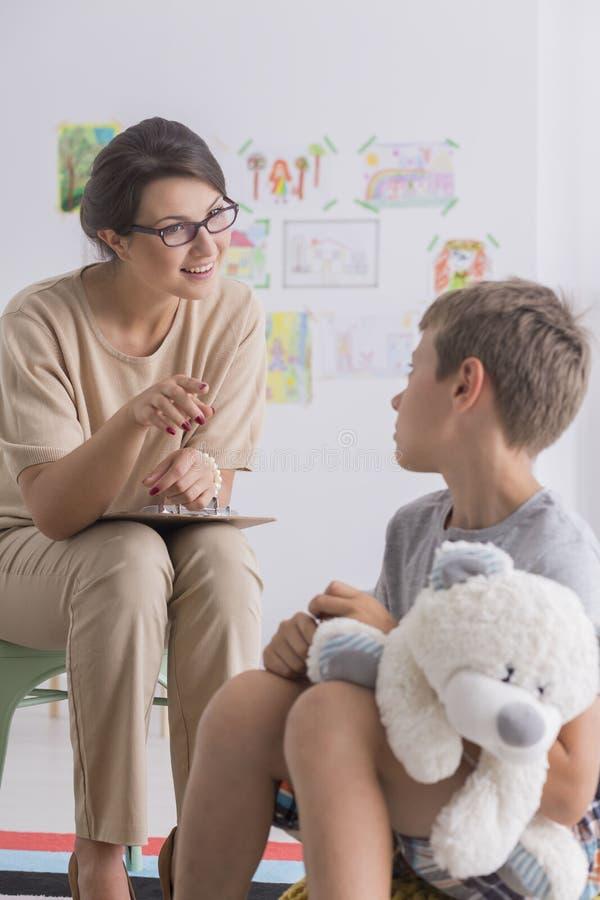 Psychologue éducatif et petit garçon photographie stock libre de droits
