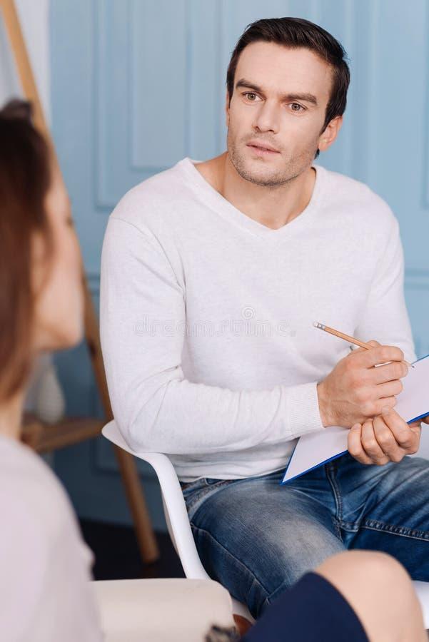 Psychologue agréable de professioanl parlant avec son client photographie stock