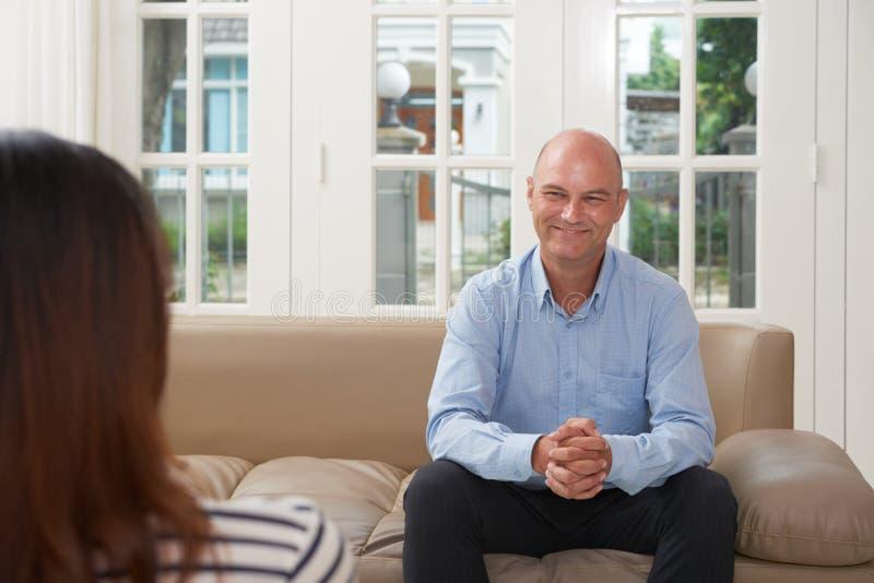 Psychologue amical travaillant avec le patient image stock