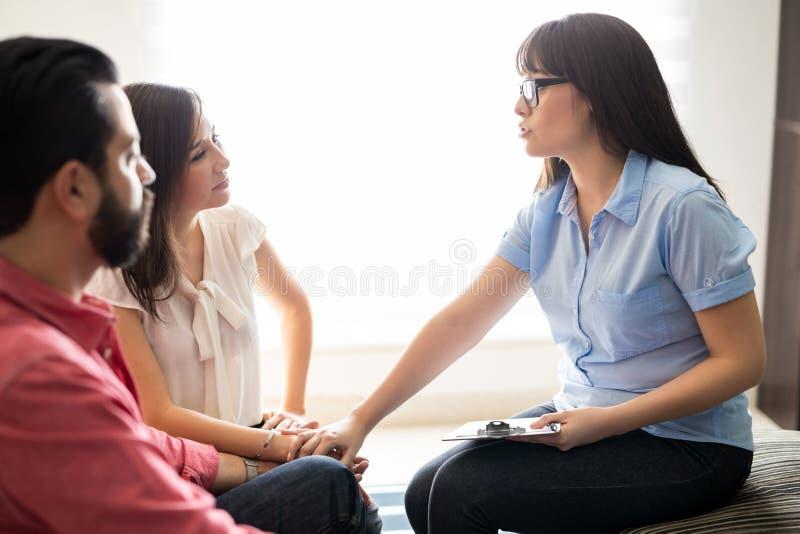 Psychologue de relations soutenant les couples étés en conflit photos libres de droits