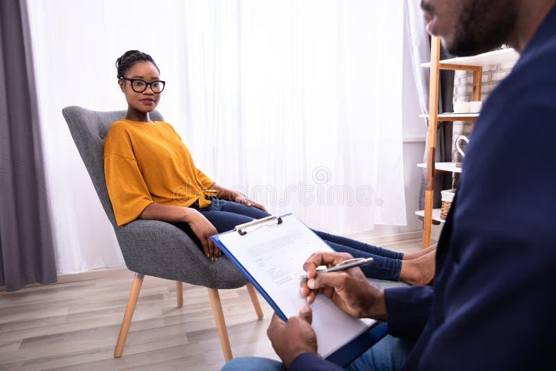 Psychologue de visite To Treat Depression de femme photos stock
