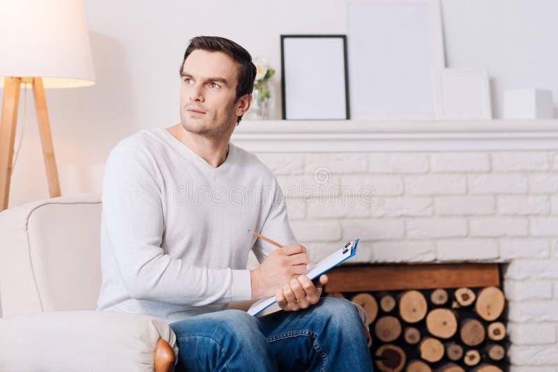 Psychologue masculin de professioanl agréable s'asseyant dans la chaise images libres de droits