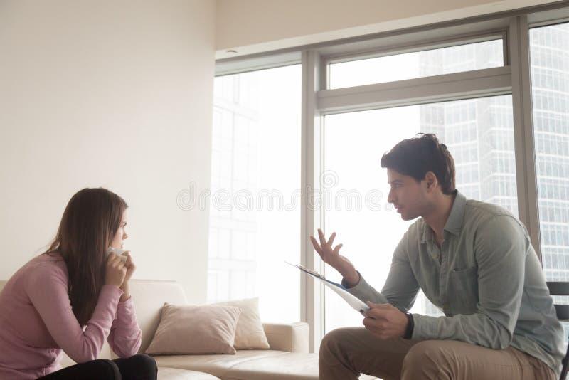 Psychologue masculin professionnel parlant à la femme pleurante de renversement, picoseconde images stock