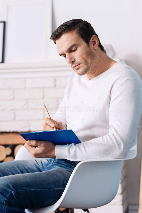 Psychologue professionnel faisant des notes image libre de droits