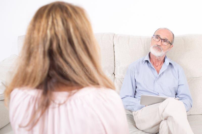 Psycholoog die aan bejaarde luisteren royalty-vrije stock fotografie