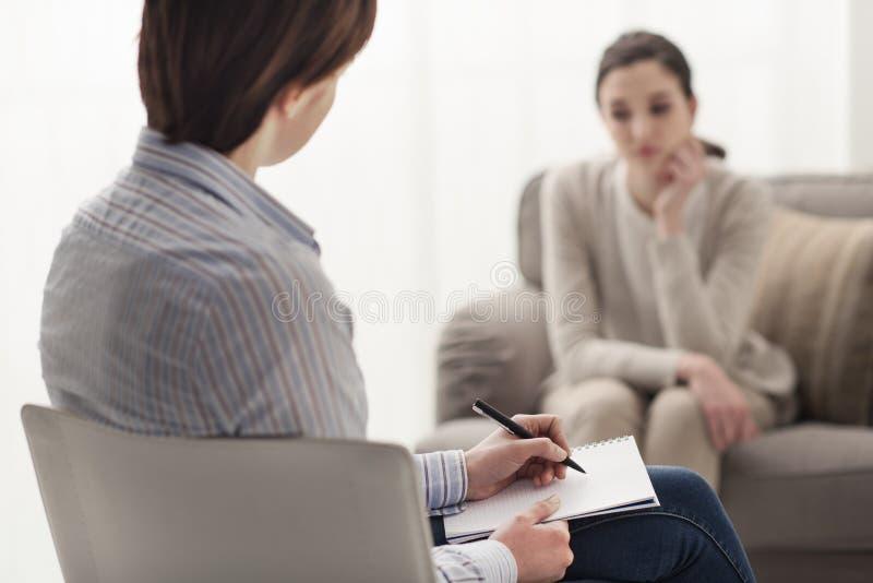 Psycholoog die aan haar patiënt luisteren royalty-vrije stock afbeelding