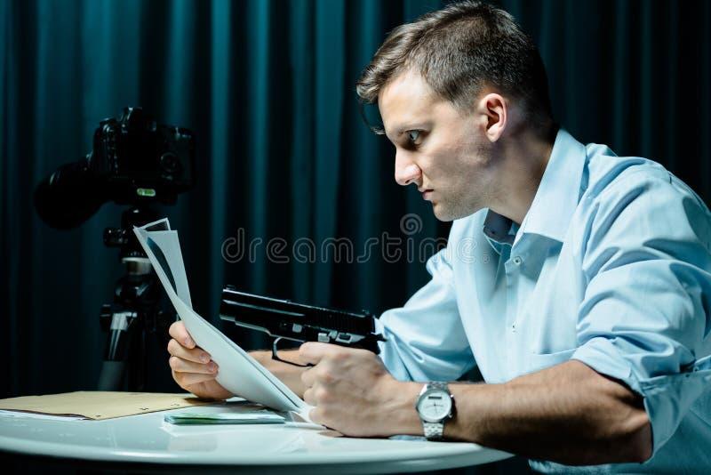 Psychopata z pistoletem zdjęcia stock