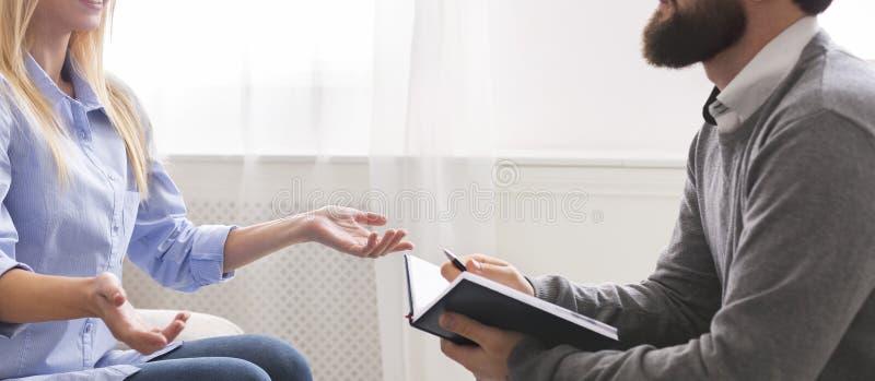 Psychoterapeuta opowiada pacjent przy biurem, panorama zdjęcia royalty free