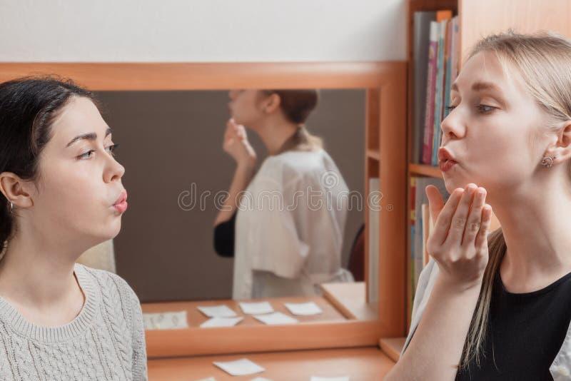 Psychoterapeuta uczy pacjenta wymawiać dźwięka słowa prawidłowo obraz royalty free
