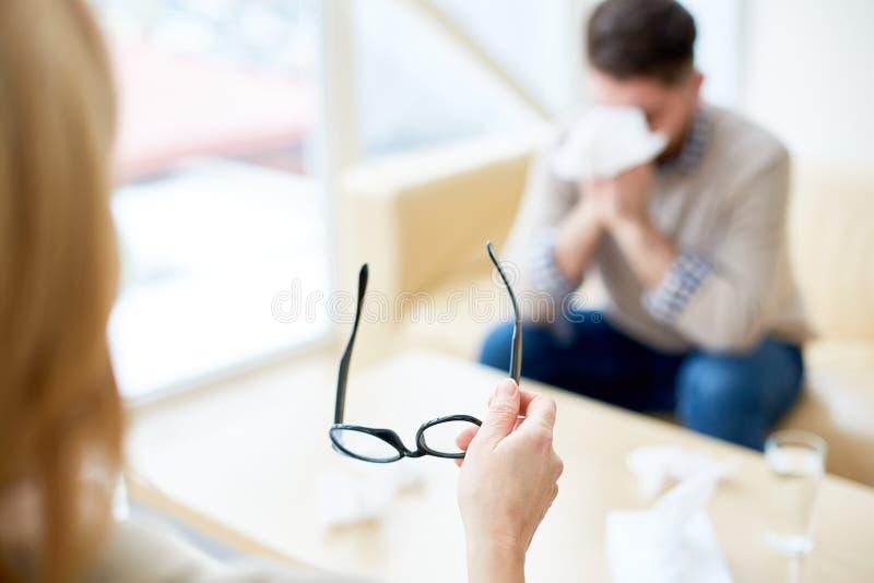 Psychotherapist с eyeglasses во время терапии стоковое изображение