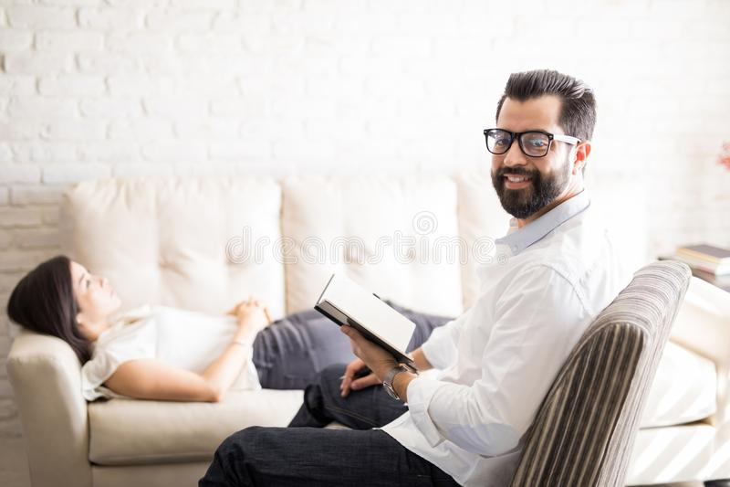 Psychotherapist profissional com paciente fêmea foto de stock royalty free