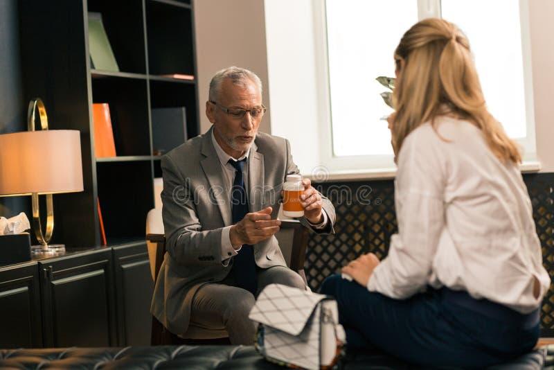 Psychotherapist zitting voor zijn vrouwelijke patiënt royalty-vrije stock foto